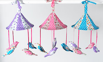 Závěsná bavlněná dekorace s ptáčky, Namaste Fialová